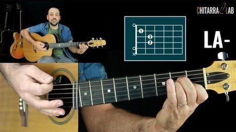 In questa prima lezione di Suonare i Primi Accordi andiamo ad imparare il primo accordo sulla chitarra: il La minore