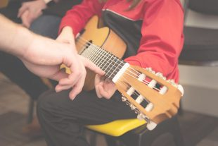 In molti anni di insegnamento, molte volte mi sono sentito porre la domanda è più facile suonare la chitarra, il basso , il piano o la batteria?